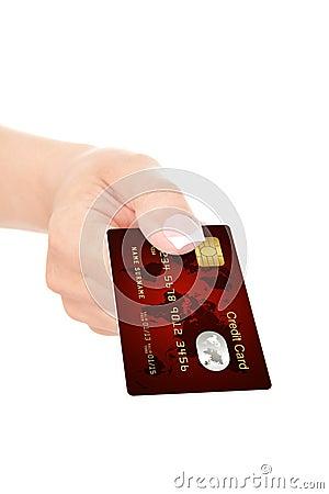 Closeupen av den röda kreditkorten holded vid handen över vit