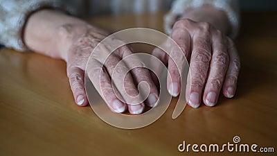 Closeupen av gamla woman's räcker knackning som är nervös på tabellen arkivfilmer