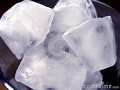 Closeupen skära i tärningar is