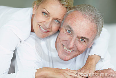 Closeuppar mature att le tillsammans
