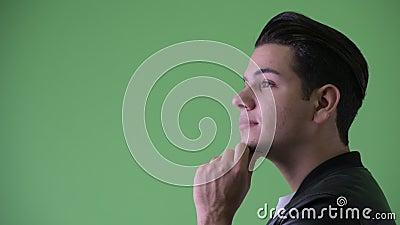 Closeupprofilsikt av lyckligt ungt stiligt mång- etniskt tänka för man lager videofilmer