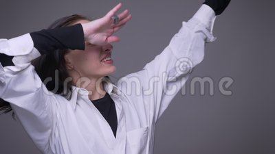 Closeupstående av den vuxna attraktiva caucasian kvinnlign som lyckligt framme baddar med förtroende av kameran med stock video