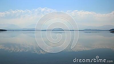 Cloudscape над голубым портовым районом озера сток-видео