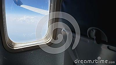 Cloudscape через окно самолета, место воздушных судн, низкие авиакомпании побережья, переход сток-видео