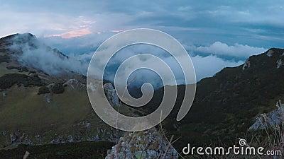 Cloudscape surpreendente do lapso de tempo com a névoa misteriosa que voa sobre florestas das montanhas da montanha e picos selva video estoque