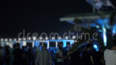 Club di estate di notte vicino allo stagno quando la gente vaga e che si rilassa sotto il cielo archivi video