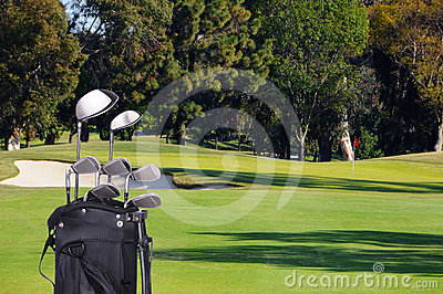 Clubes de golfe no saco no fairway