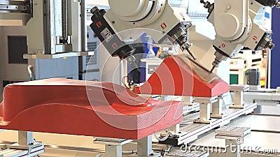 CNC δρομολογητής και επεξεργαμένος στη μηχανή κέντρο στην ξυλουργική και βιομηχανία επίπλων απόθεμα βίντεο