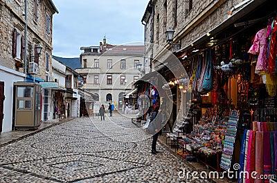cobbled touristische stra e in mittelalterlicher mostar stadt bosnien herzegowina redaktionelles. Black Bedroom Furniture Sets. Home Design Ideas