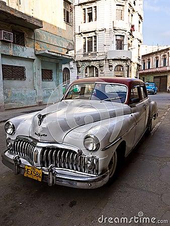 Coche americano clásico en La Habana vieja Fotografía editorial