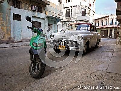 Coche americano clásico en La Habana vieja Imagen editorial