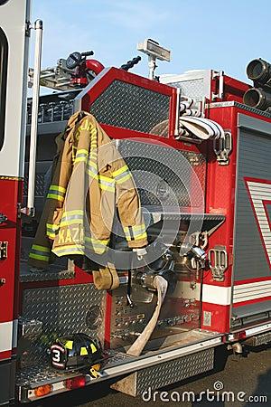 Coche de bomberos, capa y casco