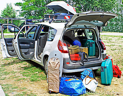 Coche de familia cargado con equipaje el día de fiesta