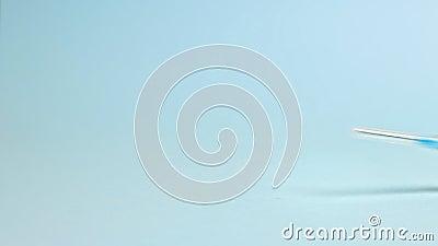 Coche de juguete negro con jeringas médicas sobre fondo azul claro Concepto de asistencia médica de emergencia y atención de la s almacen de video