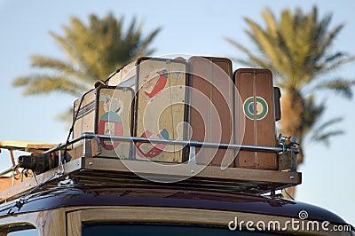 Coche de madera clásico con equipaje de la vendimia