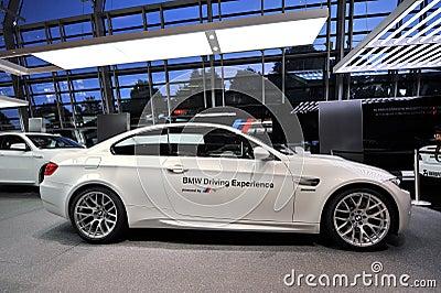 Coche de seguridad de BMW M3 en la exhibición en el mundo de BMW Foto de archivo editorial