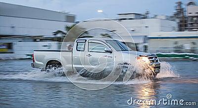 Coche en la inundación del agua Imagen de archivo editorial