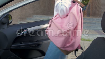 Coche hermoso joven de Girl Getting In del estudiante universitario después del estudio metrajes