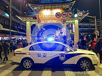 Coche policía con destellar de las luces Imagen de archivo editorial