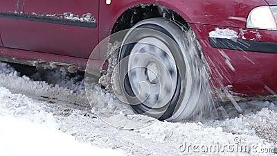 Coche que patina en la nieve almacen de video