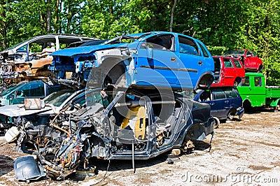 Coches de los desperdicios en un junkyard