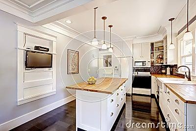 Cocina blanca con la isla de la encimera y la tv de madera - Cocina blanca encimera blanca ...