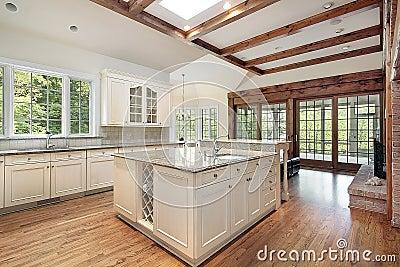 Cocina con las vigas de madera del techo