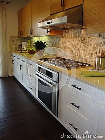 Cocina hermosa con los suelos imagenes de archivo imagen for Disenador de cocinas gratis