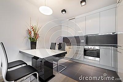 Cocina moderna con el suelo de baldosas gris foto de for Suelo cocina gris antracita