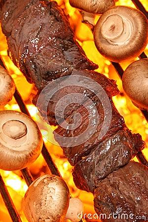 Cocinar el kebab de la carne de vaca en parrilla de la barbacoa