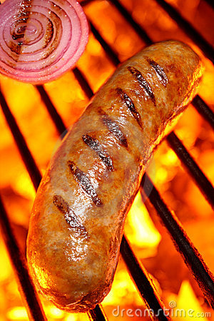 Cocinar un perrito caliente de la salchicha en parrilla de la barbacoa
