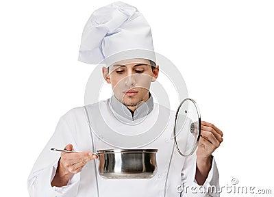 Cocine la mirada en la cacerola del guisado