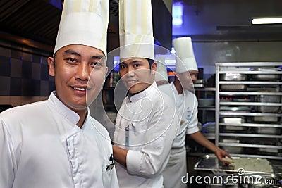 Cocinero que trabaja en la cocina