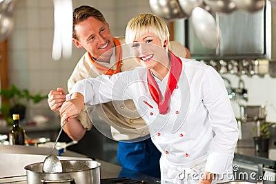 Cocineros en cocinar de la cocina del restaurante o del hotel