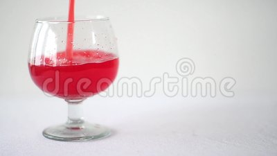 Cocktail avec du jus de canneberge au-dessus du fond blanc banque de vidéos