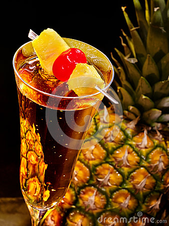 cocktail de champagne avec la cerise et l 39 ananas 69 photo stock image 55419918. Black Bedroom Furniture Sets. Home Design Ideas