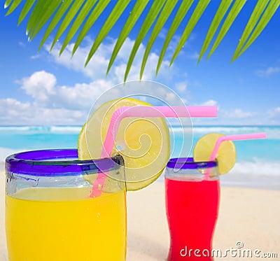 Cocktail tropicais da praia na praia de turquesa