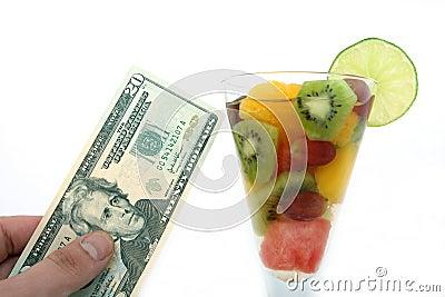 Coctail de salade de fruits de vin et de Champagne dans une glace