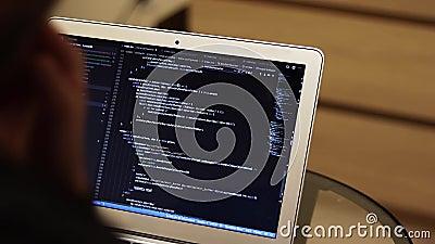 Codificación de programadores o estudiantes de TI en portátiles, fondo borroso con espacio de copia Código de software del progra almacen de metraje de vídeo