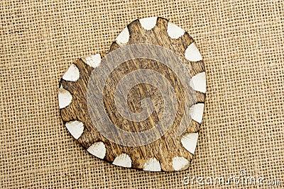 Coeur en bois avec le bord blanc sur la toile de jute for Toile de verre sur bois
