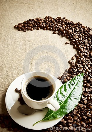 Free Coffee Cup With Beans Twisted In A Swirl On Flax Textile Stock Images - 56483274