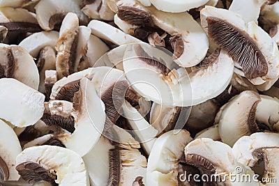 Cogumelos de botão brancos cortados