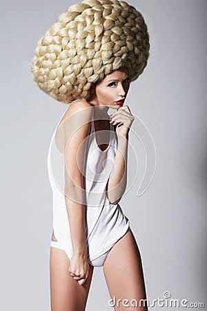 Coiffure Ultramoderne. Femme à La Mode Avec Art Wig Créatif Avec ...