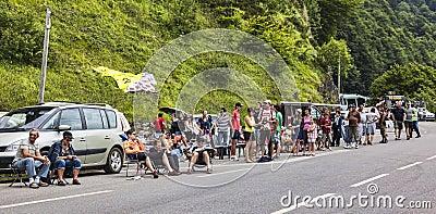 Ventiladores en los caminos del Tour de France del Le Fotografía editorial