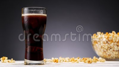 Cola in vetro e popcorn archivi video