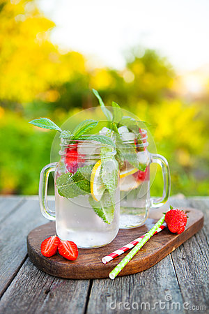 Free Cold Summer Drink With Mint, Strawberry And Lemon Stock Photo - 73864400