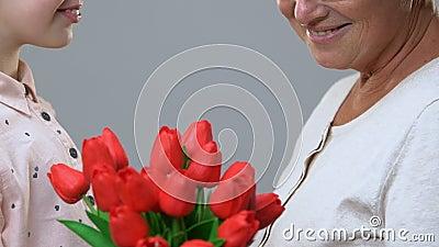 Colegiala que da las flores al profesor, enhorabuena el 8 de marzo, gratitud metrajes