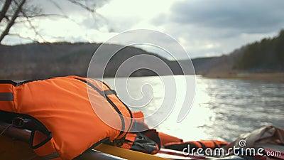 Colete salva-vidas no catamarã inflável no fundo do rio da montanha filme