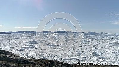 Colina e neve coberta de terreno video estoque