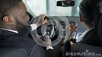 Collega's die in auto zitten en strategie van onderhandeling bespreken vóór vergadering stock videobeelden